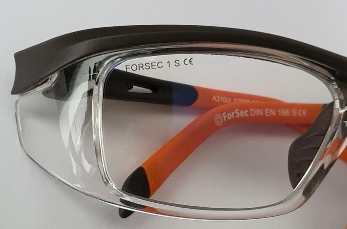 Alle ForSec Schutzbrillen haben ihre Normung sichtbar auf dem Glas und der Fassung. (Foto © ForSec)